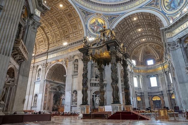 Roma, italia - 22 de junio de 2018: vista panorámica del interior de la basílica papal de san pedro (basílica de san pedro). es una iglesia renacentista italiana en la ciudad del vaticano, enclave papal dentro de la ciudad de roma.