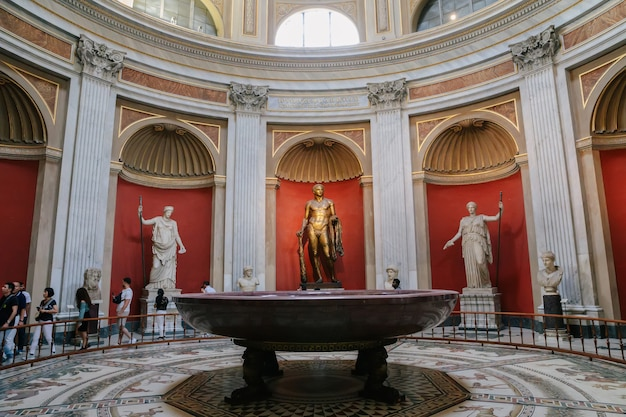 Roma, italia - 22 de junio de 2018: vista panorámica del interior y detalles arquitectónicos de la galería del museo vaticano