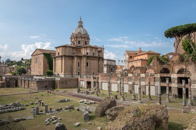 Roma, italia - 23 de junio de 2018: vista panorámica del foro de césar, también conocido como foro iulium, curia julia (senado) y la iglesia santi luca e martina