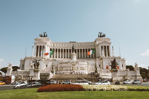 Roma, italia - 3 de julio de 2018: vista frontal panorámica del museo el monumento a vittorio emanuele ii, también conocido como el vittoriano o altare della patria en piazza venezia en roma. día de verano y cielo azul