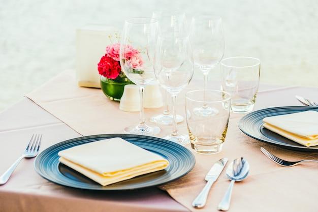 Romántica mesa de comedor con copa de vino y otros.