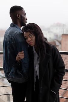 Romántica pareja afroamericana en balcón