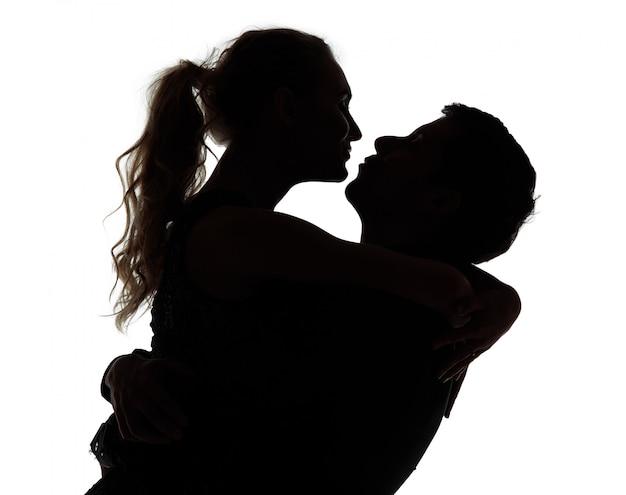 Romántica pareja besándose