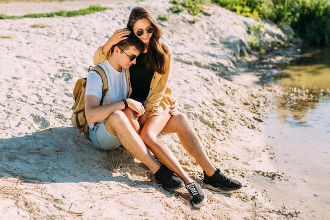Romántica pareja elegante disfrutando al aire libre