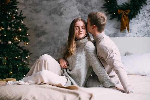Romántica pareja de enamorados en casa en navidad
