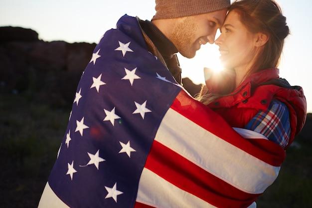 Romántica pareja estadounidense al atardecer
