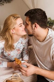Romántica pareja joven enamorada