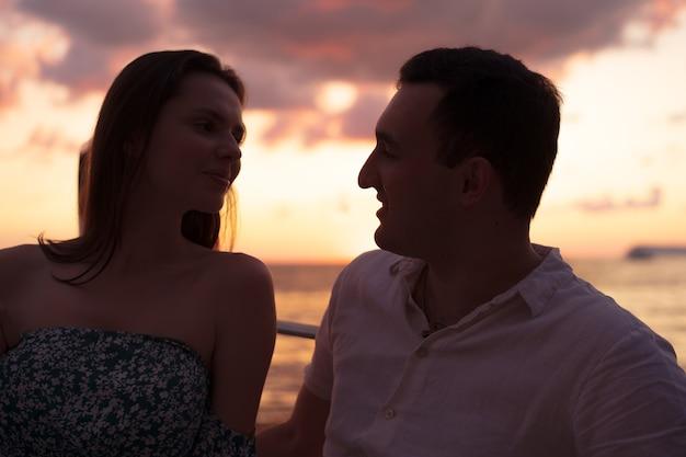 Romántica pareja joven sensual enamorada en la puesta del sol