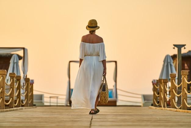 Romántica puesta de sol y mujer sola