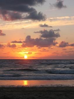 Romántica puesta de sol, sol, mar océano atlántico noche