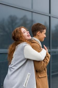 Románticas mujeres jóvenes juntas en el amor