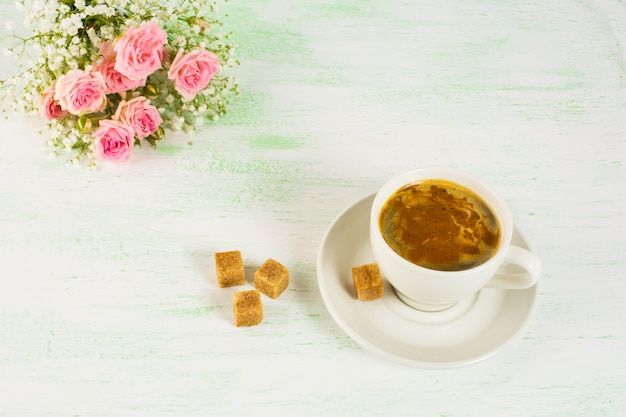 Romántico café de la mañana con rosas