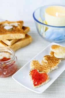 Romántico desayuno con tostadas y mermelada.