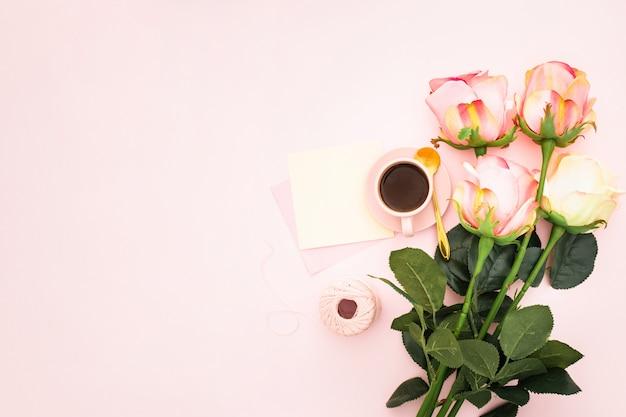 Romántico con rosas y café