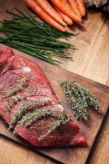 Romero en juego delicioso junto a verduras frescas en mesa de madera rústica. cocinando la cena. pimienta negra.