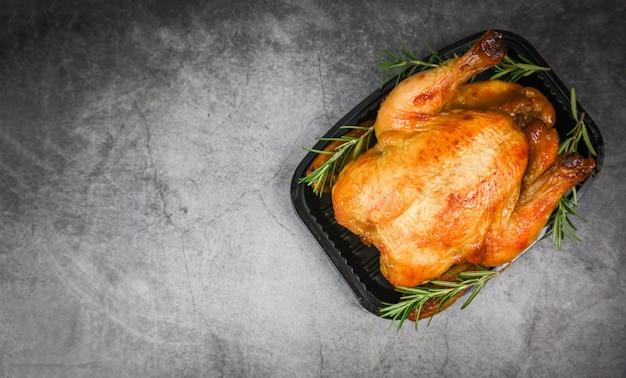 Romero de pollo asado entero - pollo al horno a la parrilla barbacoa deliciosa comida en la mesa de comedor en vacaciones celebrar