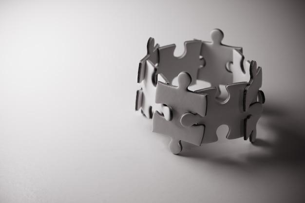 Rompecabezas del concepto de trabajo en equipo. team building ayuda y concepto de apoyo.