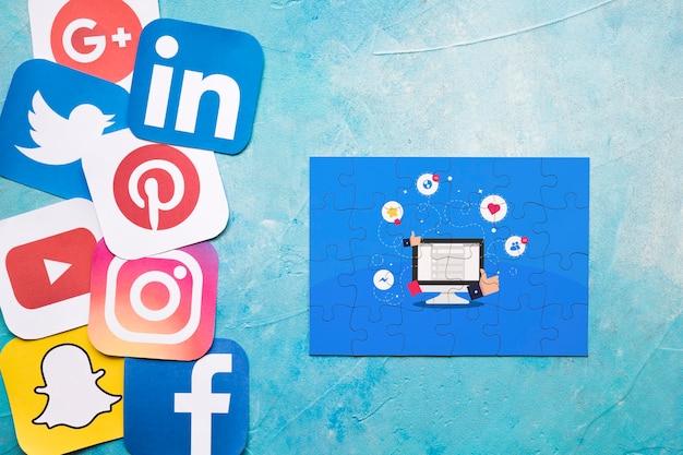 Rompecabezas de contenido viral con iconos de redes en la pared pintada