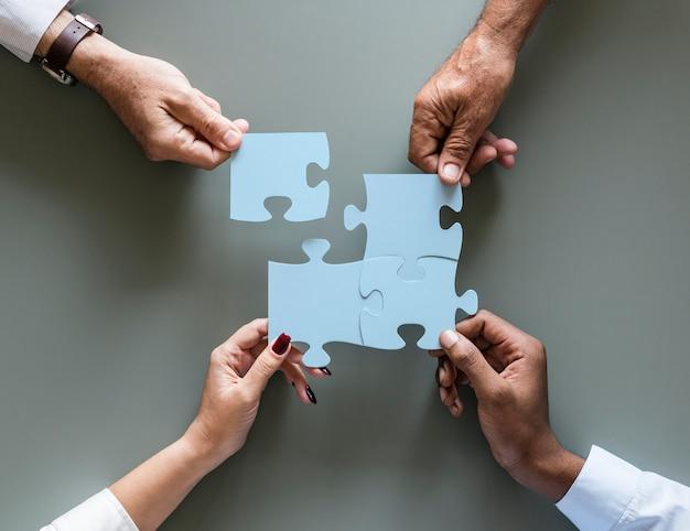Rompecabezas de la cooperación del trabajo en equipo del negocio aislado