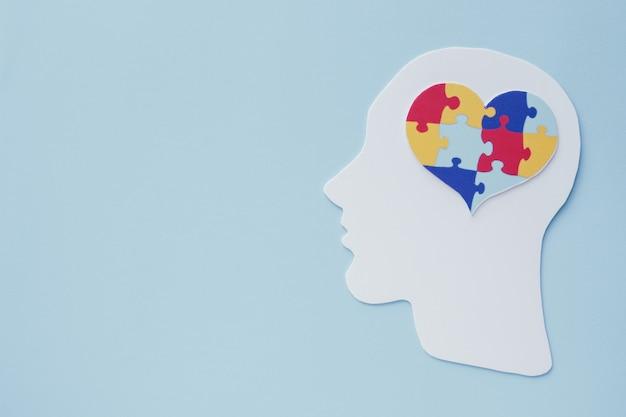 Rompecabezas de corazón en cerebro, concepto de salud mental, día mundial de concienciación sobre el autismo
