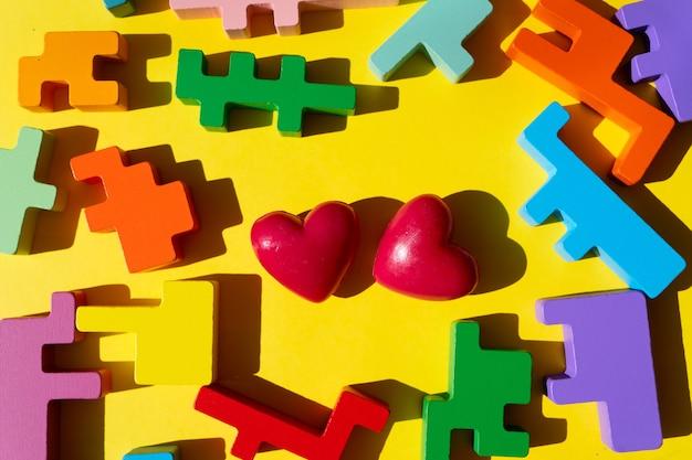Rompecabezas con dos corazones, día mundial de concientización sobre el autismo