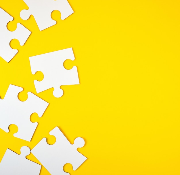 Rompecabezas grandes blancos en blanco en amarillo