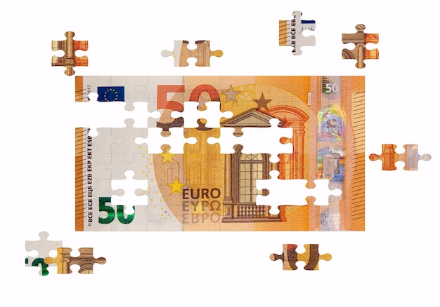 Rompecabezas inacabado de billetes de 50 euros, concepto de solución empresarial, concepto clave para el éxito