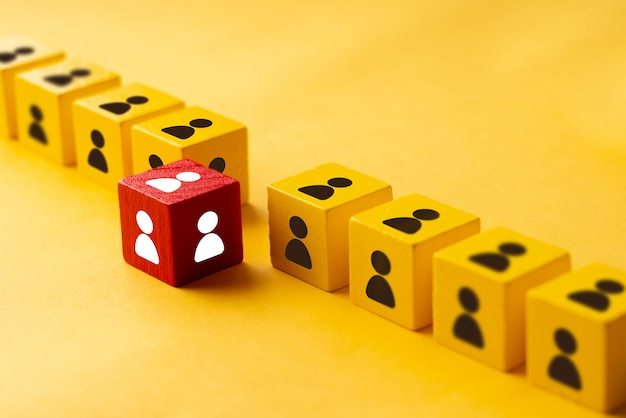 Rompecabezas de negocios y recursos humanos cubo colorido