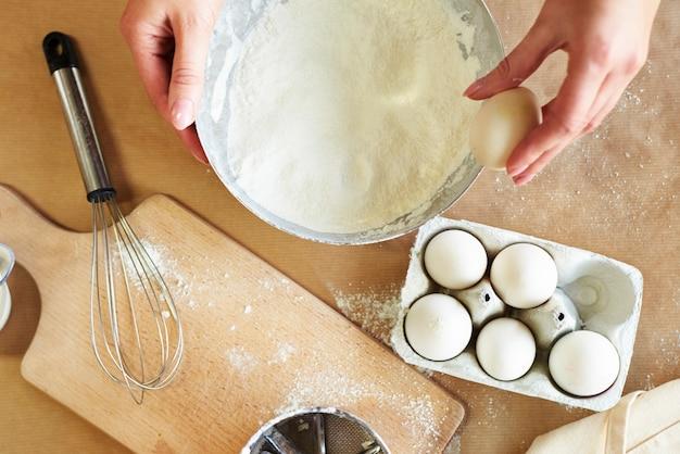 Rompiendo huevo en el borde