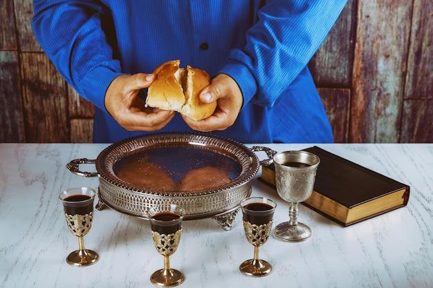 Rompiendo el pan en la iglesia durante la comunión.