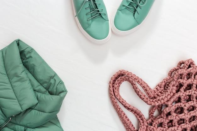 Ropa abrigada para mujer chaqueta abrigada, zapatos y bolso elegante. vista superior. copia espacio