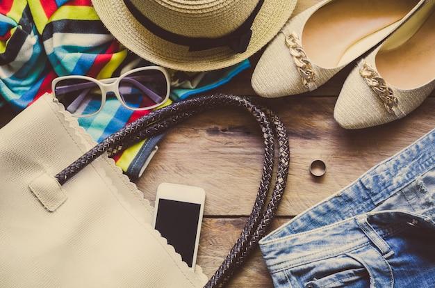 Ropa de accesorios de ropa de viaje junto con mujeres para el viaje