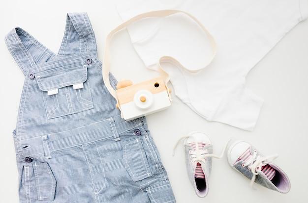 Ropa de bebé plana con cámara de fotos