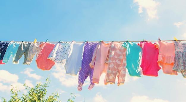 La ropa de bebé se seca en la calle.