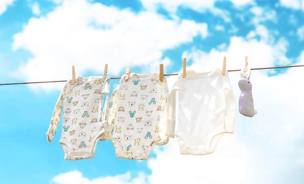 La ropa del bebé se está secando en la calle. enfoque selectivo.