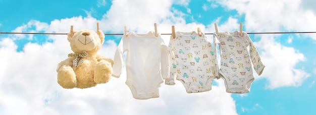 La ropa de bebé se está secando en la calle.