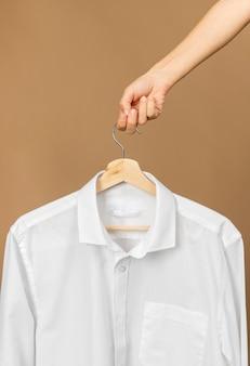 Ropa blanca en percha con etiqueta de espacio de copia de información