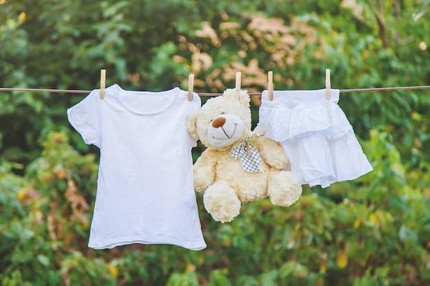 La ropa blanca se seca con una cuerda en el verano.