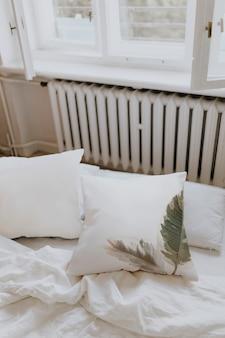 Ropa de cama blanca en un dormitorio.