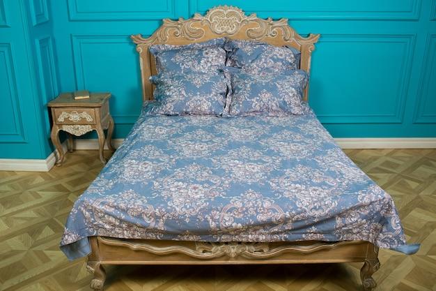 Ropa de cama en la cama en el dormitorio