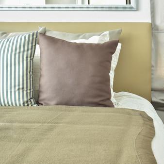 Ropa de cama de color marrón claro con cabecero de color marrón claro y lámpara de mesa