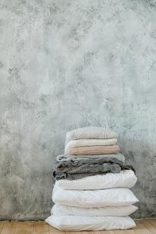 Ropa de cama de temporada fría. manta de punto cálido y acogedor y pila de almohadas.