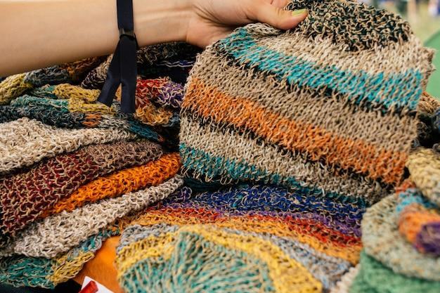 Ropa de cáñamo. gorros de cáñamo de colores en el mercado
