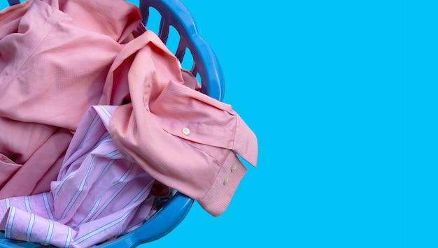 Ropa en una canasta de lavandería.