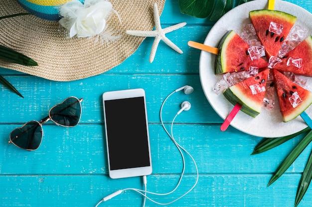 Ropa casual para mujeres con artículos de accesorios y frutas tropicales y flores