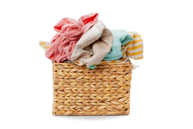 Ropa en una cesta de madera de lavandería aislado en blanco