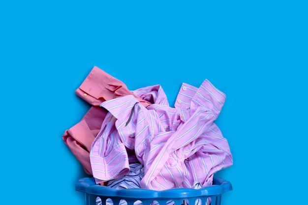 Ropa con cesto de ropa.