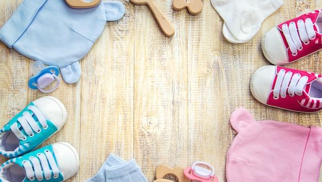 Ropa y complementos de bebé sobre un fondo claro
