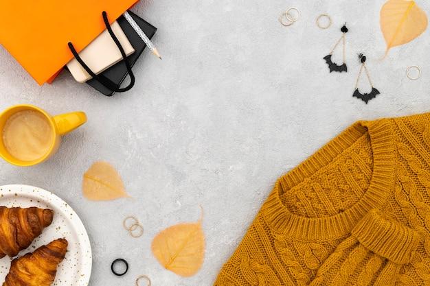 Ropa y complementos de mujer sobre fondo gris. venta de compras de moda otoño