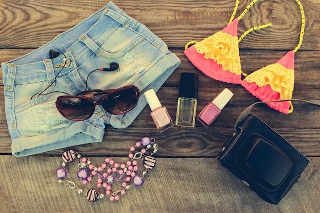 Ropa y complementos de verano para mujer para tus vacaciones en el mar. imagen tonificada.